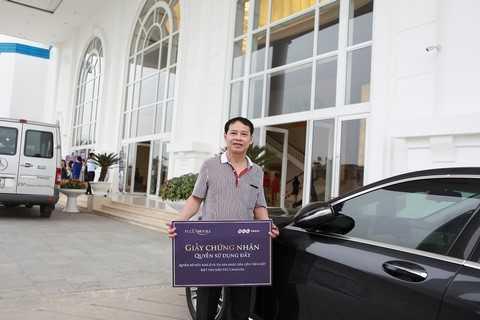 Ông Trần Xuân Đài nhận sổ đỏ căn biệt thự của gia đình