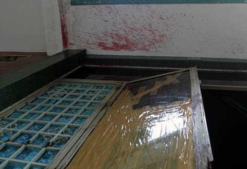 Cửa bị đập phá và dấu mắm tôm trên tường nhà ông Nghinh. Ảnh: Duy Trần
