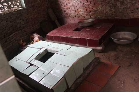 2ngôi mộ của cha mẹ được chính tay bà Huệ xây dựng