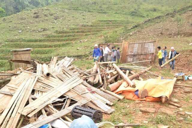 Trận dông lốc và mưa đá ở Bắc Hà, Lào Cai làm sập nhiều mái nhà, khiến một người chết tại chỗ. Ảnh bạn đọc cung cấp