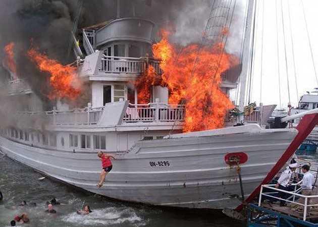 Du khách nhảy xuống biển để thoát thân khỏi con tàu đang cháy. Ảnh Otofun