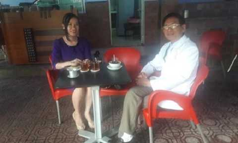 Đại gia Lê Ân cùng vợ trẻ tại quán nước