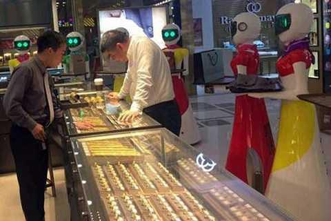 Đại gia Trung Quốc đi mua sắm tại một tiệm vàng với 8 robot giúp việc.