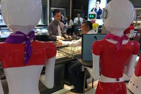 Các robot có nhiệm vụ xách đồ giúp ông chủ của mình.