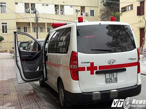 Một xe cứu thương dù đang chuẩn bị đón khách tại Bệnh viện Đa khoa Thái Bình. Ảnh H.Hưng