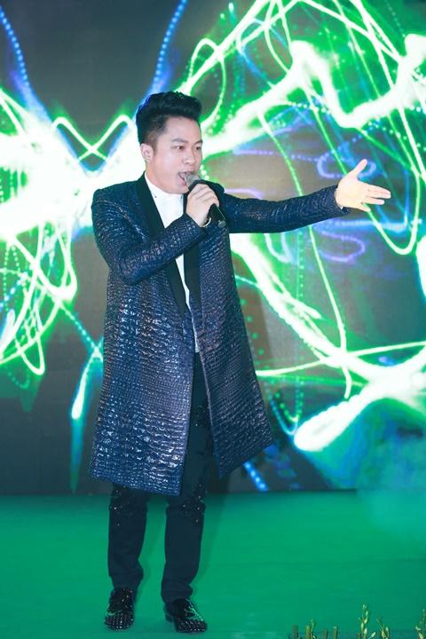 Ca sỹ Tùng Dương trình diễn trong sự kiện
