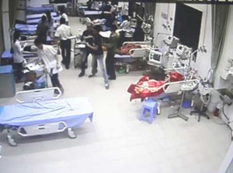 Nhóm côn đồ lao vào chém bệnh nhân khi đang cấp cứu - Ảnh cắt từ camera an ninh của bệnh viện