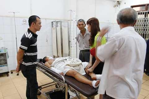 Người thân của học sinh chăm sóc nạn nhân tại bệnh viện