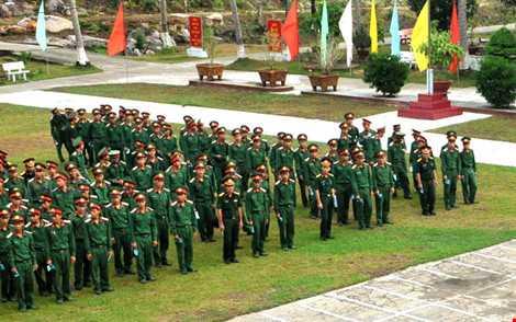 Lực lượng vũ trang QK9 đóng quân trên đảo Thổ Châu sắp hàng chuẩn bị thực hiện bầu cử - ảnh CTV THANH HẬU