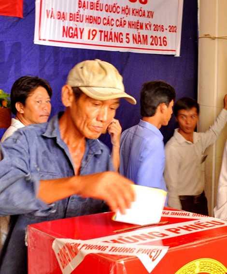 Cử tri tiến hành bỏ phiếu - ảnh CTV THANH HẬU
