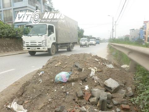 Đống đất thải đổ giữa đường gây cản trở giao thông