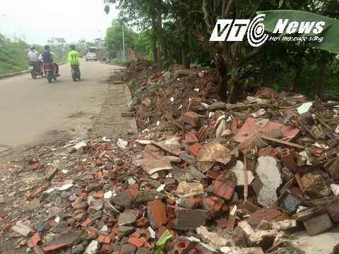 Dù cơ quan chức năng đã nghiêm cấm nhưng những đống đá vẫn được một số kẻ trục lợi đổ giữa đường