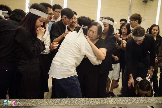 Nhạc sỹ Nguyễn Quang vội vàng ôm lấy mẹ vỗ về
