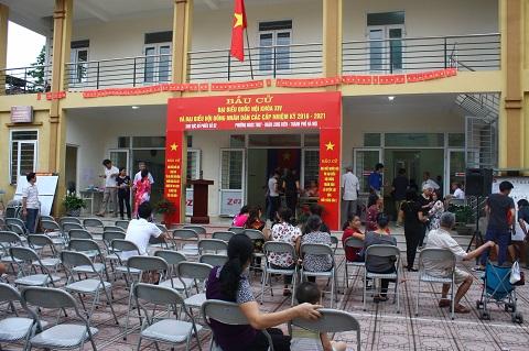 Điểm bầu cử số 02 phường Ngọc Thủy (Long Biên, Hà Nội) được gọi là điểm bầu cử đặc biệt bởi có gần 60 cử tri vô gia cư ở xóm nổi sông Hồng đi bỏ phiếu.