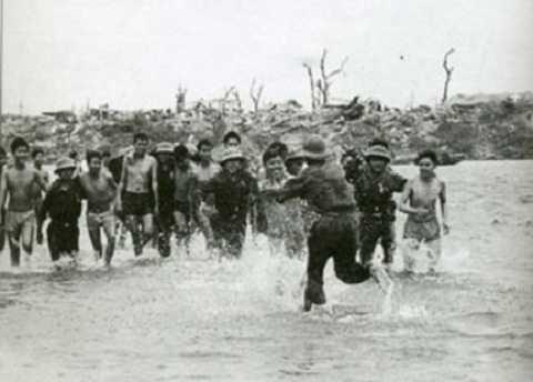 Cảnh trao trả tù binh bên bờ sông Thạch Hãn