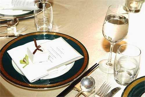 Ảnh hưởng bởi phong cách Tây, vợ chồng em gái Cẩm Ly còn cầu kỳ chuẩn bị quà cám ơn đặt kèm thực đơn cho từng vị khách. Tất cả dều được thiết kế đơn giản nhưng sang trọng và đẹp mắt dựa theo hai tông màu chủ đạo của đám cưới.