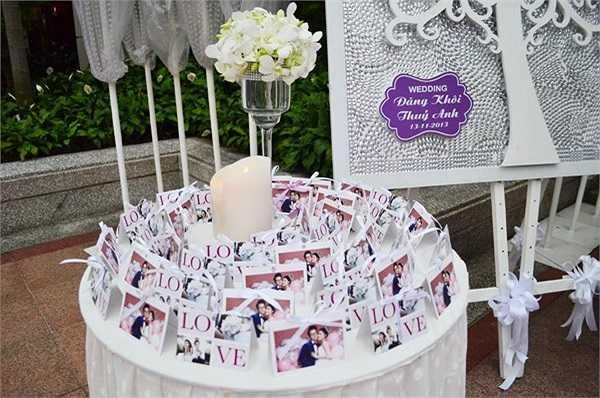 Nhiều hình ảnh ngọt ngọt của cặp đôi cũng được đặt dọc sảnh vào để quan khách có thể theo dõi lại hành trình yêu nhau của Đăng Khôi và Thủy Anh.