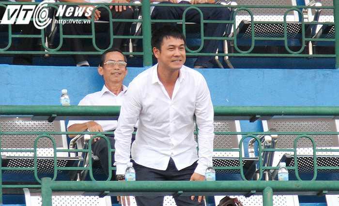 HLV Hữu Thắng dự khán trận đấu (ảnh: Hoàng Tùng)