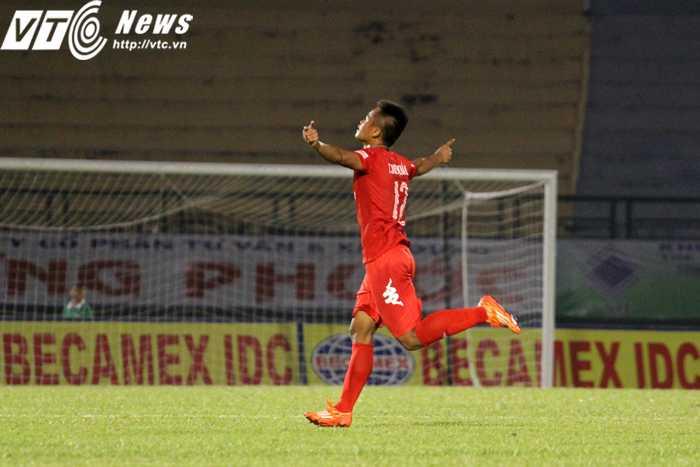 Trần Duy Khánh ăn mừng bàn thắng nâng tỉ số lên 3-0 cho B.Bình Dương (ảnh: Hoàng Tùng)