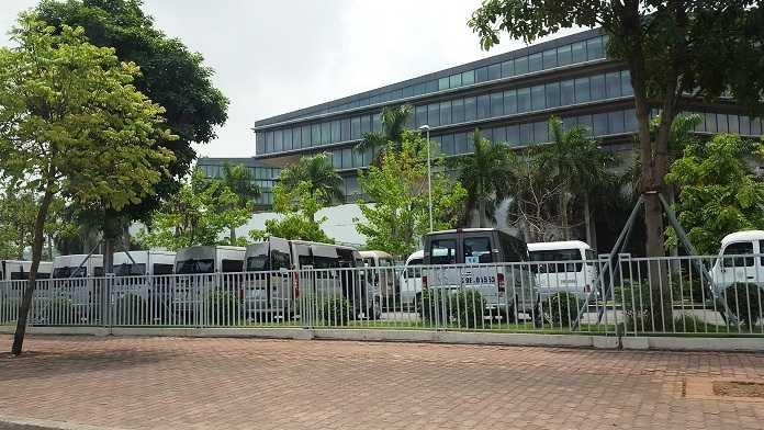Phía bên ngoài khách sạn 5 sao được cho là nơi Tổng thống Mỹ Barack Obama sẽ nghỉ sau khi hạ cánh xuống sân bay Nội Bài. Dàn <a href='http://vtc.vn/oto-xe-may.31.0.html' >ô tô</a> đã đậu kín để tránh sự chú ý của người qua đường.