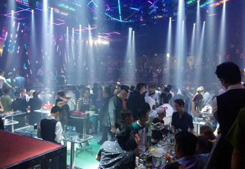 Gần 300 khách chơi trong bar lúc rạng sáng. Ảnh: Quốc Thắng.