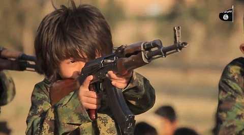 Các tay súng nhí tập luyện với súng AK-47