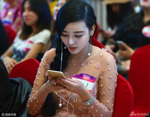 Theo trang Sina cho biết, thí sinh này có tên là He Chengxi. Cô đã miệt mài phẫu thuật thẩm mỹ suốt 8 năm qua để có vẻ ngoài giống nữ diễn viên xinh đẹp Phạm Băng Băng.