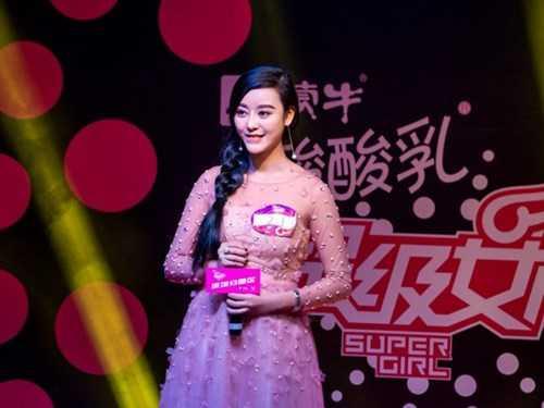 """Điều đáng nói là Chengxi được bạn trai rất ủng hộ theo đuổi giấc mơ làm đẹp. Anh này thậm chí đã dùng tiền đầu tư hẳn một trung tâm thẩm mỹ riêng để bạn gái """"dao kéo"""" cho giống thần tượng."""