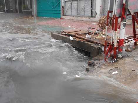 Một ống cống trên đường Lã Xuân Oai (P. Hiệp Phú, Q.9), đoạn đường với lỗ hỏng sâu có thể bẫy người di chuyển rơi vào ống cống bất cứ khi nào. ẢNH: THANH TUYỀN
