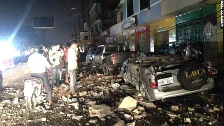 Đường sá tan hoang sau trận động đất