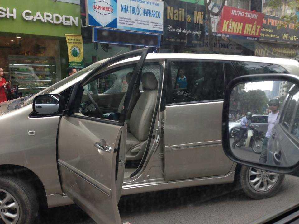 Chiếc xe gây tai nạn bị dân giữ lại và đập vỡ gương