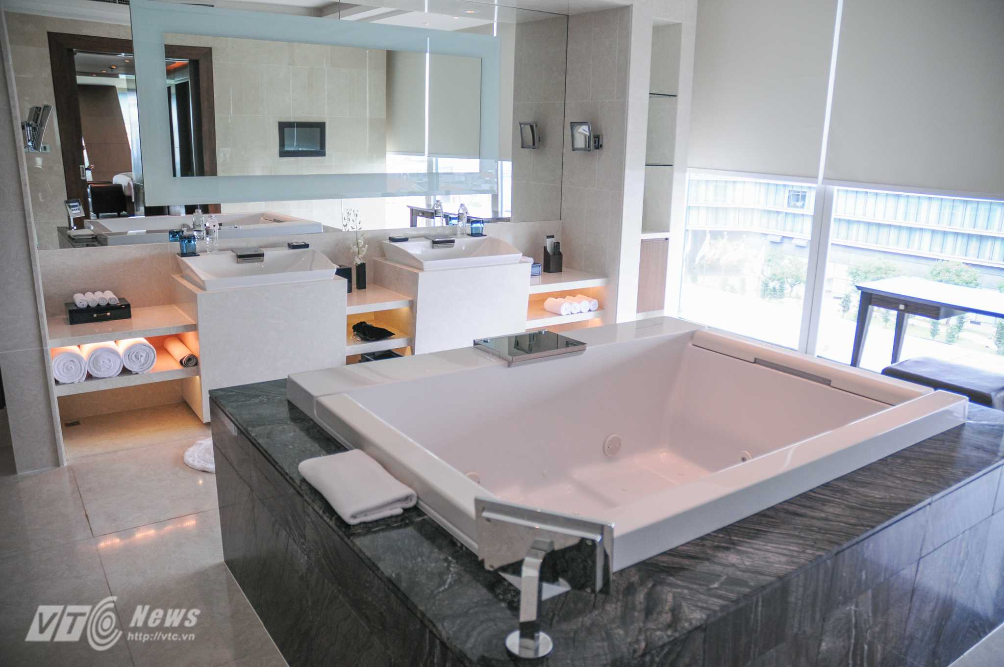 Phòng tắm rộng rãi, sang trọng của căn phòng - Ảnh: Tùng Đinh