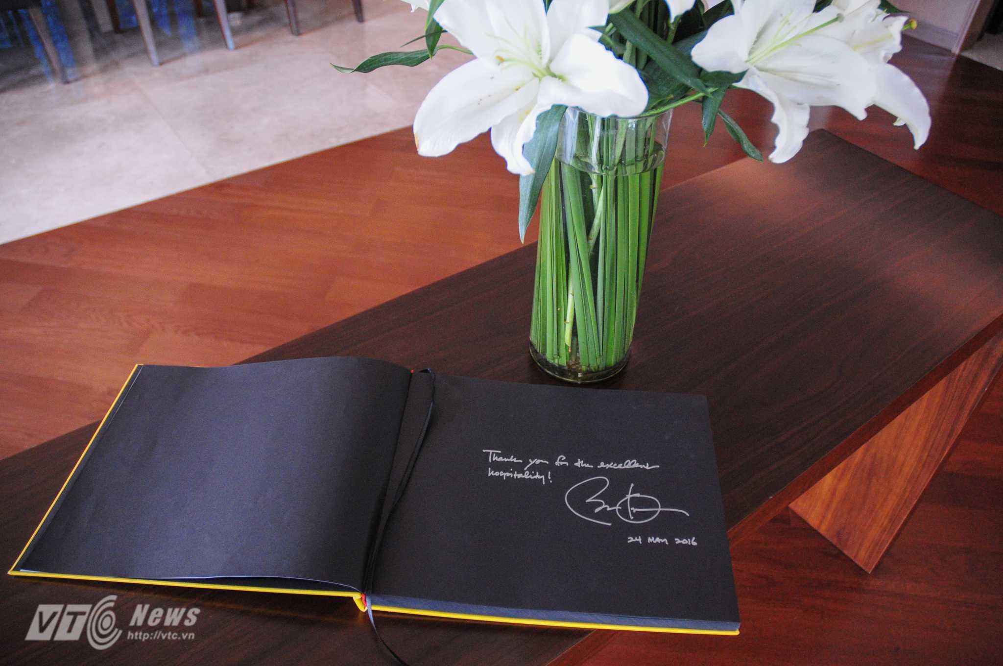 Lời cảm ơn và chữ ký của ông Obama để lại trong sổ lưu niệm của khách sạn JW Marriot - Ảnh: Tùng Đinh