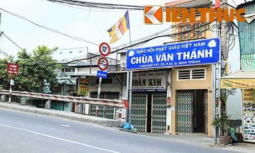 Cổng chùa Văn Thánh nằm đầu cầu Phú An trên đường Ngô Tất Tố (Q. Bình Thạnh).