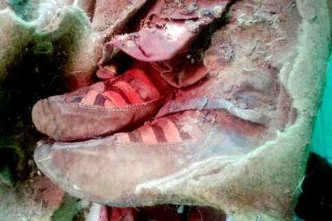 Đôi giày được phát hiện cùng xác ướp