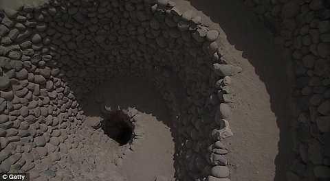 Hố xoắn ốc này làm sa mạc Nazca nổi tiếng trong vùng khô hạn.