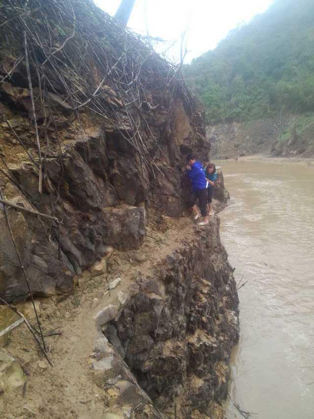 """Giáo viên trèo đèo lội suối đi dạy học gây """"bão"""" mạng"""