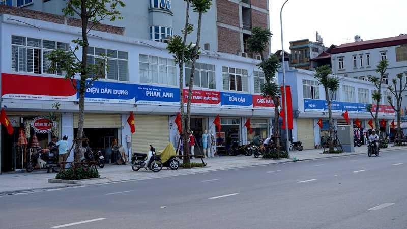 Biển quảng cáo động bộ trên đường Lê Trọng Tấn - Ảnh: Vietnamnet