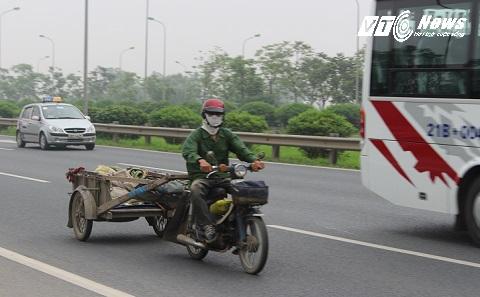 Chiếc xe kéo thản nhiên đi vào đường cấm như không hay biết