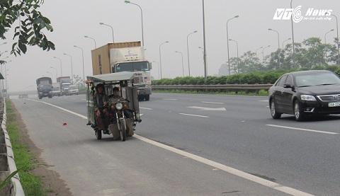 Xe 3 bánh chở hàng trên trên Đại lộ Thăng Long, bất chấp nguy hiểm rình rập