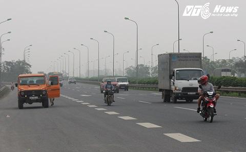 Xe máy lấn đường, <a href='http://vtc.vn/oto-xe-may.31.0.html' >xe ô tô</a> dừng trả khách giữa cao tốc rất nguy hiểm