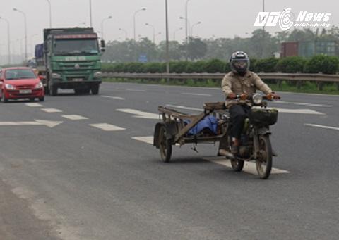 những chiếc xe kéo này hàng ngày vẫn chở hàng, lưu thông thường xuyên trên tuyến đường cao tốc này