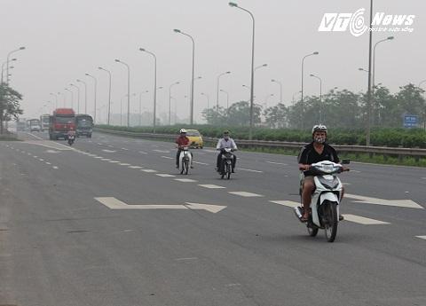xe máy dàn hàng trên đường Đại lộ Thăng Long thường xuyên nhưng không có cơ quan chức năng xử lý