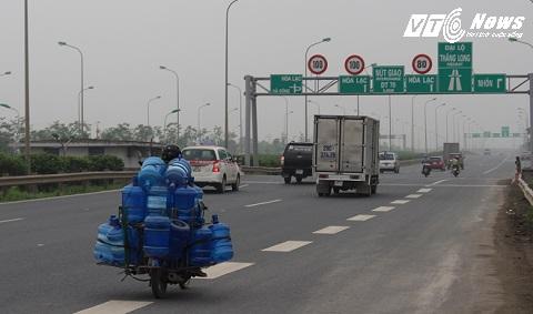 Chở hàng cồng kềnh, lưu thông trên cao tốc với tốc độ cao