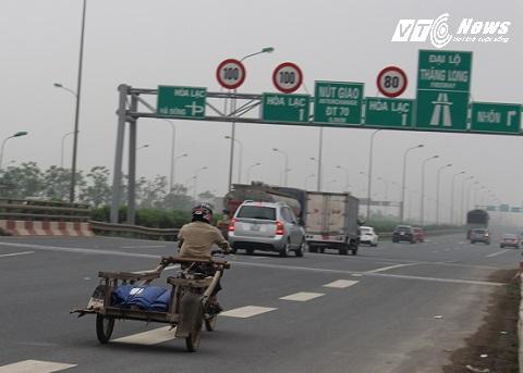 Xe máy, xe kéo đánh đu với tủ thần trên Đại lộ Thăng Long