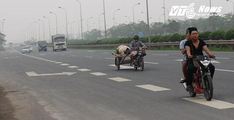 Xe máy, xe kéo lộn xộn trên đường cao tốc
