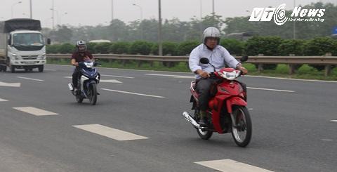Xe máy dàn hàng lộng hành trên cao tốc