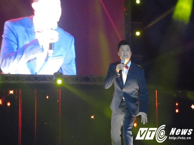 Nam ca sĩ Quang Dũng đang say sưa với ca khúc Hạ Trắng.