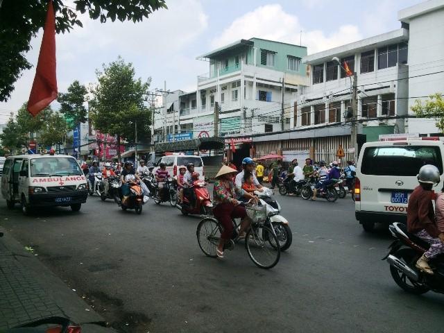 11 xe cứu thương được huy động để chuyển bệnh nhi. Ảnh Minh Anh.