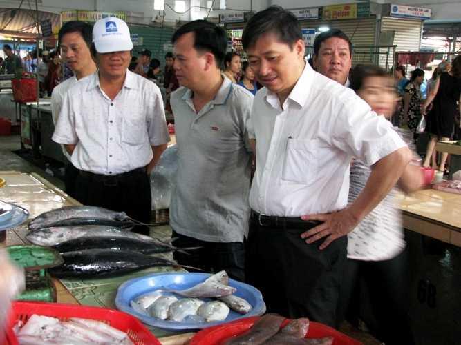 Phó chủ tịch UBND TP.Đà Nẵng Đặng Việt Dũng kiểm tra và trực tiếp mua tại các điểm bán hải sản sạch trên các chợ Đà Nẵng sáng 5/3